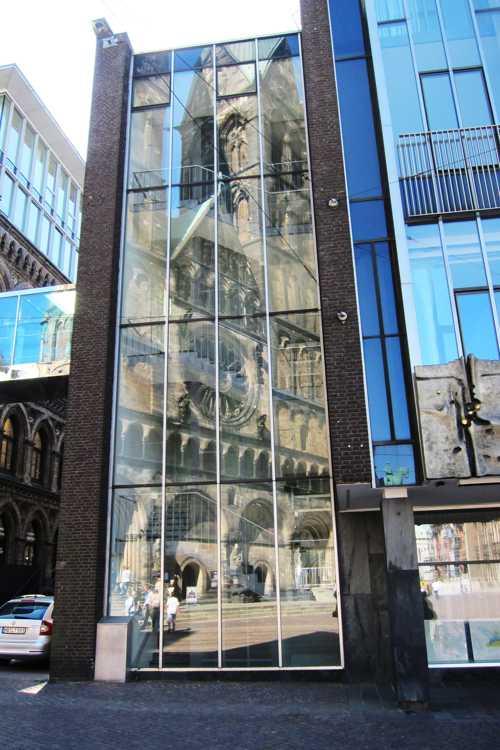 Le reflet de la cathédrale dans les baies vitrées d'un bâtiment voisin.