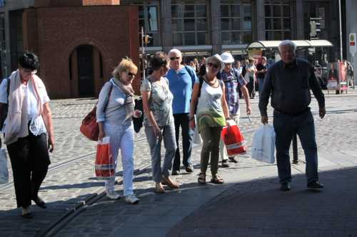 Les bras chargés, en route vers le point de ralliement qui à Brême est toujours ....
