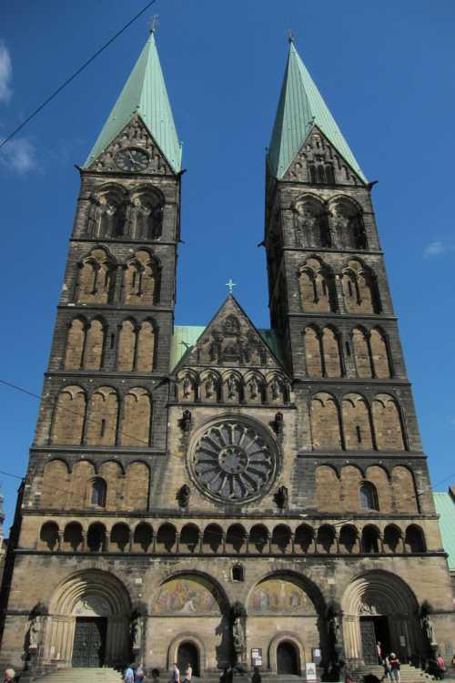 A une extrémité de la place, la cathédrale St-Pierre.