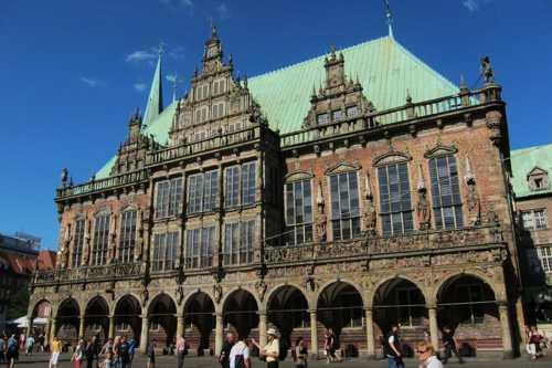 La façade sculptée de l'Hôtel de Ville, qui donne sur la place.
