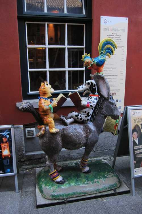 On y trouve cette sculpture colorée des musiciens de Brême.