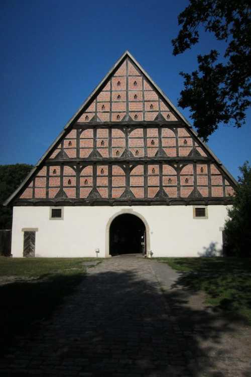 L'entrée à l'écomusée se fait par une ferme datant de 1561 et installé ici en 1977-1980.