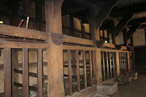 Vue sur les étables installées à l'entrée du bâtiment.