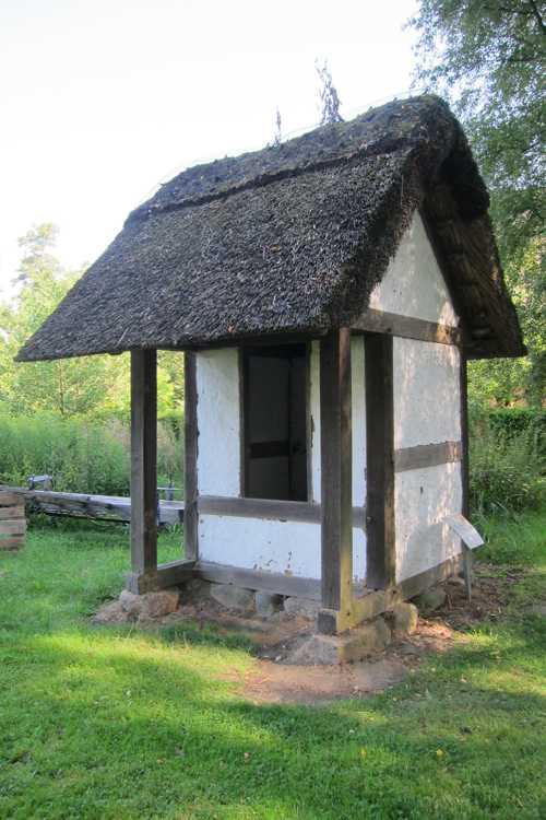 La plus petite construction de l'écomusée, celle du gardien des prairies où séchait le lin.