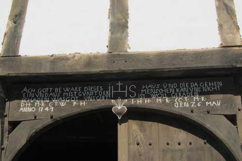 Le linteau à l'entrée des fermes appelle à la protection divine