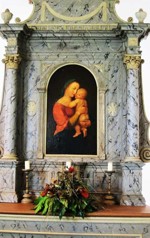On y trouve un tableau de la Vierge à l'Enfant