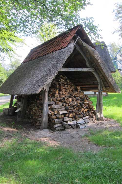 Un abri à bois, construit dans la deuxième moitié du XIX siècle.