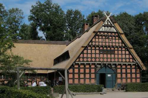 Le restaurant de l'écomusée, installé dans cette ferme de la fin du XVIII siècle. Les croisillons sur le pignonavec sur le pignon ces croisillons, symbole de protection et de longévité.