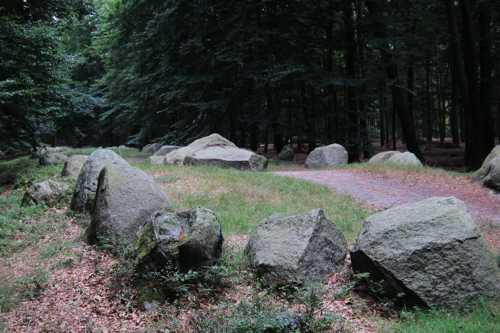Cet alignement de près de 104 m de long, délimité par 130 blocs, comportait une chambre funéraire de 10 m de long.