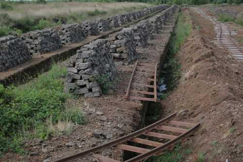 Une zone en voie d'exploitation : par wagonnets on évacue les briques de tourbe.