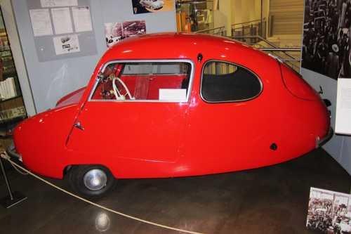 Une Fuldamobil, voiture fabriquée à Lohne d'avril à octobre 1955. Cette voiture, surnommée das Ei (loeuf) roulait à 75 km/h et consommait 4l aux 100. Lancée par Karl Scmidt cette construction automobile lohnoise fut vite abandonnée.