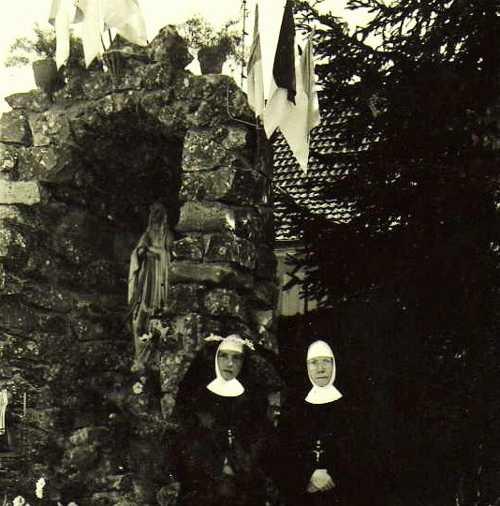 Soeur Alberta, Mère Supérieure à Rixheim de 1955 à 1960, lors de son jubilaire d'argent, devant la grotte de Lourdes, inaugurée le 15 août 1958. C'est elle qui eut l'idée d'édifier cette grotte avec les pierres de l'ancienne maison Kettler, détruite pour construire le bâtiment de 1958.