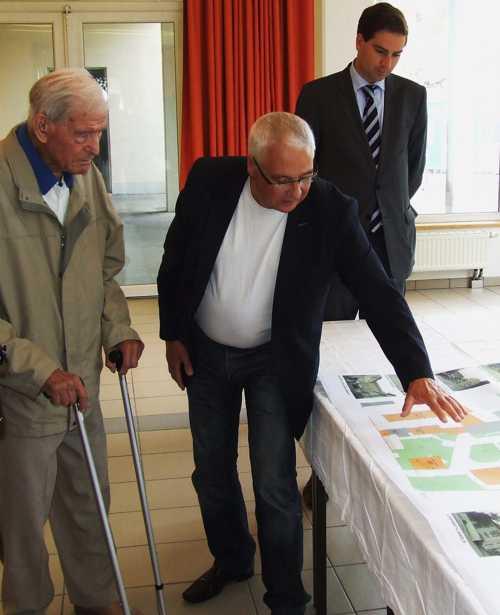 Léon Kupfer, à gauche, écoute les explications de l'architecte Thomas Dinizzi, qui présente le projet de rénovation de l'EHPAD, un chantier énorme terminé en 2014.