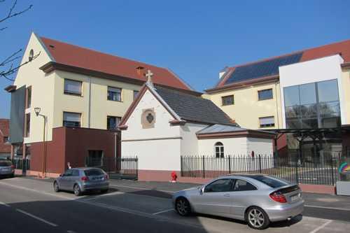 Le nouvel EHPAD, baptisé Arc-en-Ciel, encadrant la chapelle de 1901, seul vestige des bâtiments d'autrefois.