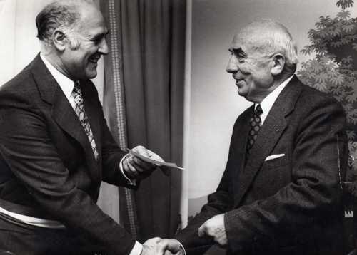 Le maire Pierre Braun  remettant un diplôme à Camille Tritsch (à droite)