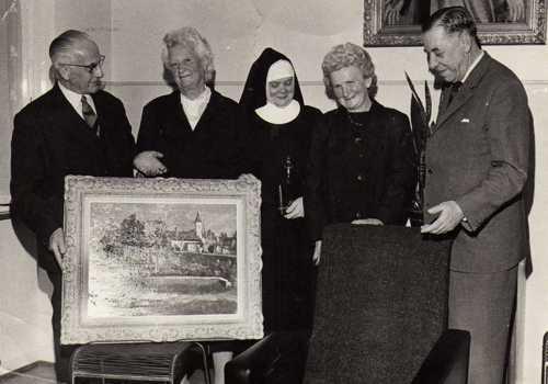 Le départ en retraite des sages-femmes, en 1967, entraîne la fermeture du service maternité : de gauche à droite, le docteur Thomas Hossenlopp, la sage-femme Cécile Schleret, Soeur Marie-Fernande, la sage-femme Anna Seng, le maire Louis Gully.