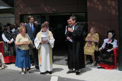 L'abbé André Piette et le pasteur Hubert Freyermuth procèdent à la bénédiction des nouveaux bâtiments.