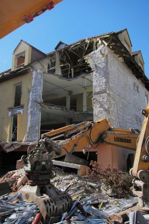 Les travaux de démolition de la maison de retraite de 1987.