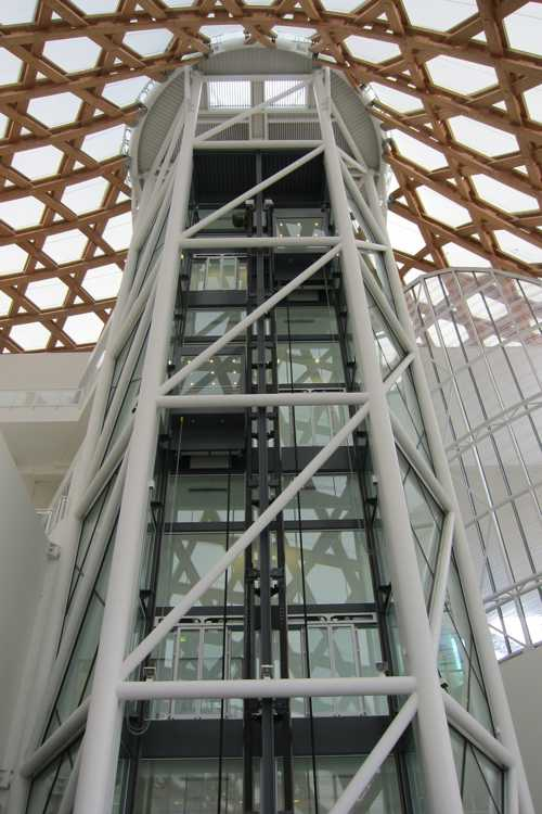 L'ascenseur, menant aux étages, a la forme d'un hexagone.