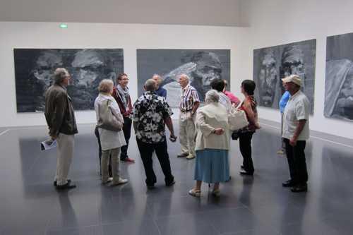 Devant les oeuvres de Yan Pei-Ming (né en 1960)