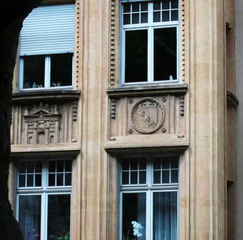 Détail d'une façade d'un immeuble construit sous la période allemande.