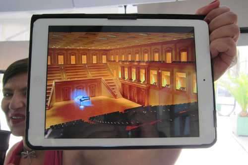 Sur sa tablette, notre guide nous montre la salle de concert de l'Arsenal : les gradins s'élèvent jusqu'à 15 m au dessus de la scène.