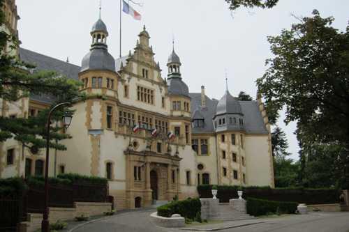Le palais du Gouverneur militaire, construit entre 1902 et 1904, de style néo-renaissance flamande. Il hébergeait le gouverneur militaire de la place de Metz et comprenait 100 pièces, dont un appartement pour l'empereur Guillaume II à l'étage. Aujourd'hui, il sert de siège au commandement de la Région militaire Nord-Est.