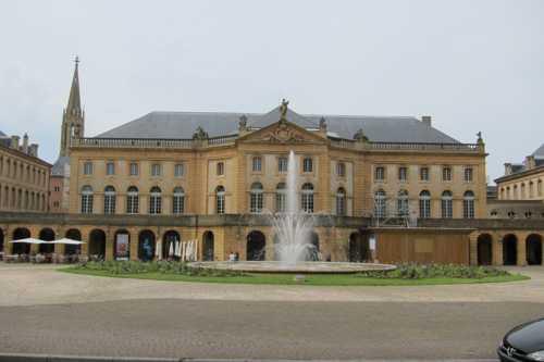 La place de la Comédie, la première place moderne implantée par le gouverneur de Belle-Isle.  sur laquelle fut édifié le