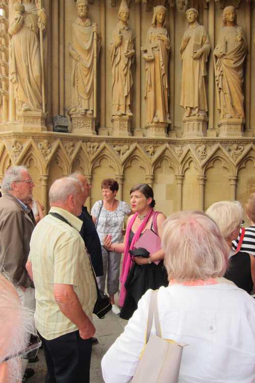 les explications du guide, sous le portail de la Vierge, donnant sur la Place d'Armes.