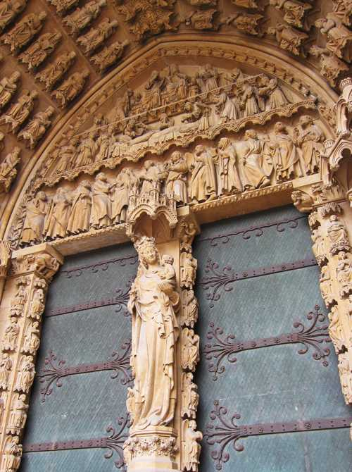 Le tympan du portail de la Vierge et la très belle statue du trumeau.