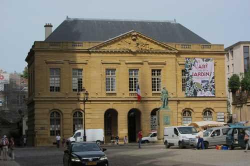 Le corps de garde construit par Jacques-François Blondel accueille aujourd'hui l'Office de tourisme.