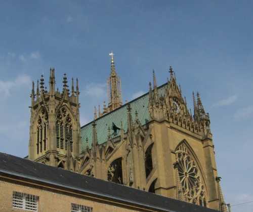 La cathédrale Saint-Etienne, avec lla Tour du Chapitre et la pointe de la Tour de Mutte (à l'arrière-plan)