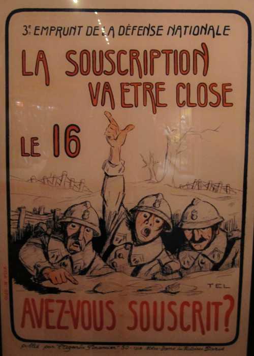 On y trouve de nombreuses affiches d'emprunt militaire.