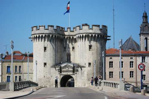 La porte Chaussée, du XIV siècle, flanquée de ses deux tours rondes.