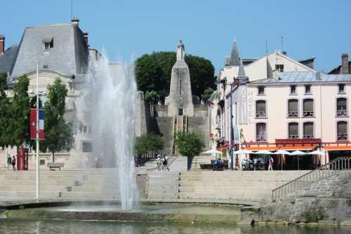 Le monument de la Victoire avec son escalier de 73 marches couronné par une pyramide surmontée d'un chevalier.