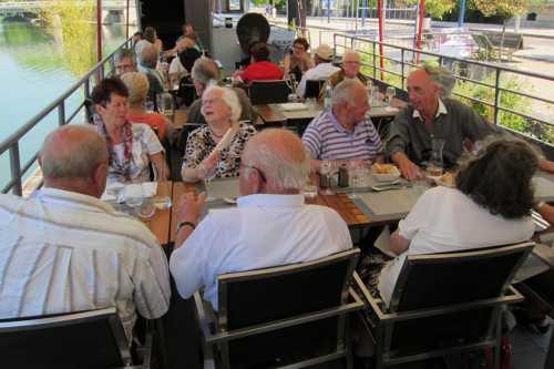 Durant le repas, l'ambiance était très bonne...