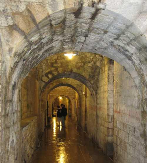 Dans les galeries du fort.
