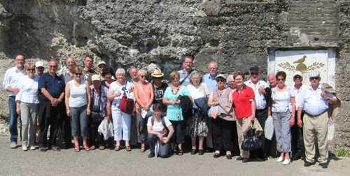 Le groupe devant le fort de Vaux et la plaque rendnat hommage au dernier pigeon, le Vaillant.