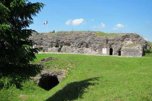Une vue du fort de Vaux et une galerie d'accès.