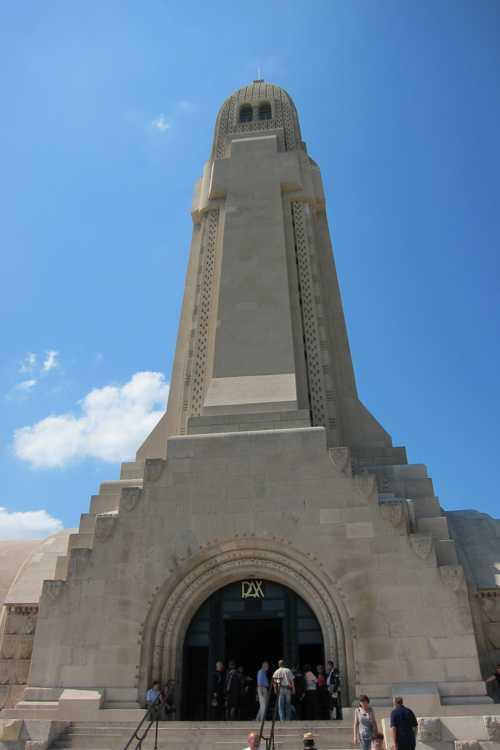 L'imposante tour de l'ossuaire : certains y voient la forme d'un obus, d'autres une croix, d'autres une épée plantée en terre en signe de paix.