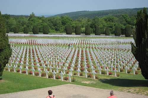 Le cimetière de Douaumont où reposent 15 000 soldats identifés. C'est devant ce cimetière qu'en 1986, le présient Mitterand et le XChancelier Hemuth Kohl se tinrent par la main, dans un geste symbolique de la réconciliation franco-allemande.