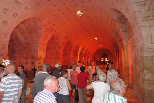 Dans la gaelrie s'ouvrent 18 alvéoles abritant chacune deux tombeaux de granit.
