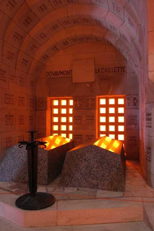 Chaque tombeau correspond à uns secteur du champ de bataille et surplombe les caveaus où repsoebt les oselmenst de combattants trouvés dans ce secteur.