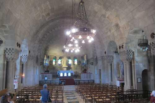 L'ossuaire comprend une chapelle .