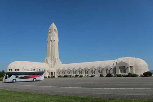 L'oosuazire de Douaumont avec sa galerie de 137 mètres et sa tour en forme d'obus, d'une hauteur de 46 mètres.