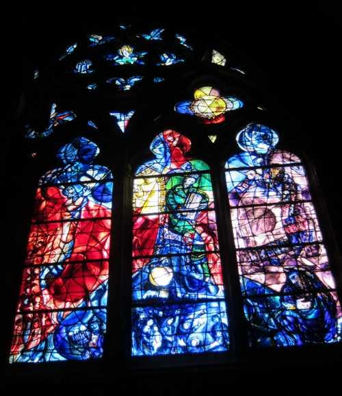 Vitrial de marc Chagall dans le déambulatoire (1960): de gauche à droite, Moïse recevant les Tables de la Loi au Mont Sinaï, le roi David et la belle Bethsabée, la déportation à Babylone.