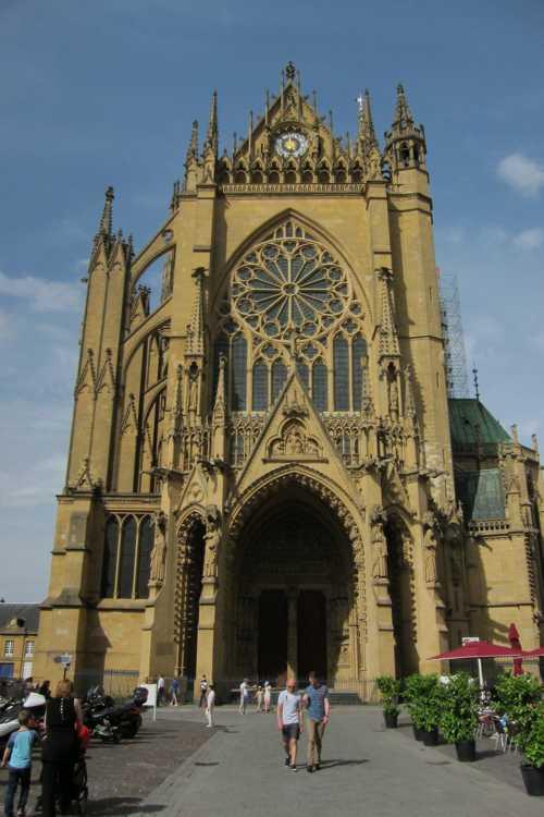 La façade occidentale avec le portail néo-gothique élevé en 1903, appelé Portail du Christ.