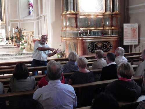 Christian Thoma détaillant la décoration intérieure de l'église.