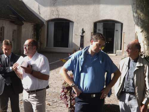 Christian Thoma présente la plaquette qui accompagne le parcours : à sa droite, Patrice  Nyrek, conseiller municipal délégué à la culture, à sa gauche, Olivier Becht, maire de Rixheim et Jean -Philippe Rendlé, curé de la paroisse.