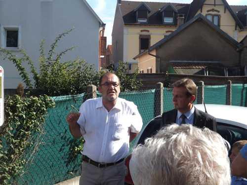 Sous l'oeil attentif de Patrice Nyrek, Christian Thoma commente le panneau sur l'ancienne synagogue, Rue des Bergers.